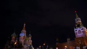 La catedral de la albahaca del santo, reloj del Kremlin, carillones, pared del Kremlin, panorama, noche almacen de video