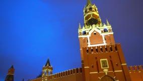 La catedral de la albahaca del santo, reloj del Kremlin, carillones, pared del Kremlin, panorama, tarde almacen de video