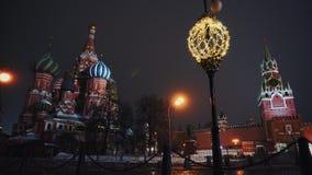 La catedral de la albahaca del santo, reloj del Kremlin, pared del Kremlin, panorama, noche, ninguna persona metrajes