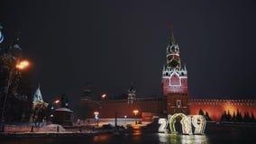 La catedral de la albahaca del santo, reloj del Kremlin, pared del Kremlin, panorama, noche, ninguna persona almacen de video