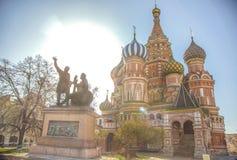 La catedral de la albahaca del St en el sol de la mañana imágenes de archivo libres de regalías