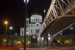 La catedral de Cristo el salvador en la noche Moscú y puente patriarcal en las iluminaciones de la noche Imagenes de archivo