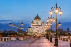 La catedral de Cristo que el salvador del lado del puente patriarcal con las luces incluyó Fotos de archivo