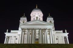 La catedral de Finlandia Helsinki se encendió para arriba en la noche, fotografía de archivo