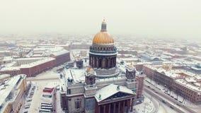 La catedral de Isaac en el tiro aéreo de St Petersburg almacen de video