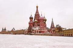 La catedral de la albahaca del St, Moscú, Rusia (opinión del invierno) Imágenes de archivo libres de regalías