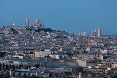 La catedral de Sacré-Coeur que pasa por alto París de la colina en el MES Imágenes de archivo libres de regalías