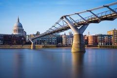 La catedral de San Pablo y puente en puesta del sol, Londres, Reino Unido del milenio Imágenes de archivo libres de regalías