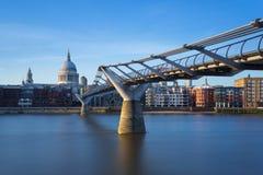 La catedral de San Pablo y puente en puesta del sol, Londres, Reino Unido del milenio Fotografía de archivo