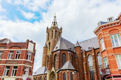 La catedral de St Christopher vista de la plaza del mercado en Roermond, Países Bajos imagen de archivo