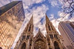 La catedral de St Patrick contra rascacielos imágenes de archivo libres de regalías