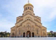 La catedral de la trinidad santa de la iglesia Georgia de Tbilisi Tsminda Sameba fotografía de archivo