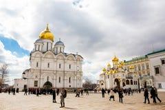 La catedral del Dormition y del Ivan el gran campanario en la Moscú el Kremlin imagen de archivo libre de regalías