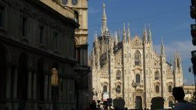 La catedral del duomo de la calle del mercanti de la ciudad de Milano del día de verano apretó el panorama 4k Italia almacen de metraje de vídeo