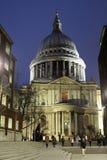 La catedral del ` s de San Pablo, Londres visto se encendió para arriba en la noche Imagen de archivo