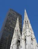 La catedral del St. Patrick pone en contraste con un rascacielos moderno imágenes de archivo libres de regalías