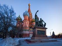 La catedral en el invierno, Moscú, Rusia de la albahaca del santo Foto de archivo