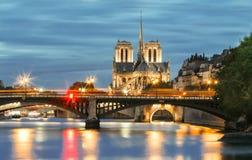 La catedral en la noche, París, Francia de Notre Dame Foto de archivo