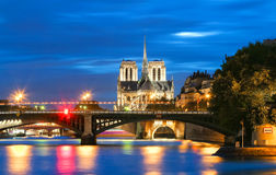 La catedral en la noche, París, Francia de Notre Dame Foto de archivo libre de regalías
