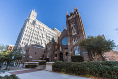 La catedral episcopal y Lamar Life Building de St Andrew en Jackson céntrica, Mississippi Imagenes de archivo