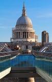 La catedral famosa en la salida del sol, Londres, Reino Unido del ` s de San Pablo fotos de archivo