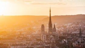 La catedral Notre-Dame y Ruán en la puesta del sol foto de archivo