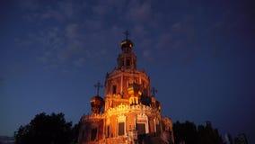 La catedral ortodoxa antigua en el panorama de la puesta del sol iluminó 4K 3 metrajes