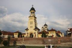 La catedral ortodoxa de la coronación y catedral católica i foto de archivo