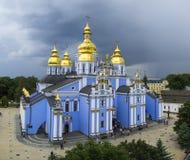 La catedral ortodoxa De oro-abovedada Kiev de San Miguel Imágenes de archivo libres de regalías