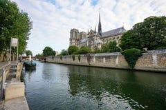 La catedral París de Notre-Dame en río Sena Fotos de archivo