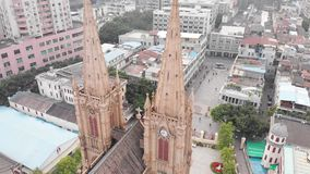 La catedral sagrada del corazón en el abejón de Guangzhou sube suavemente sobre la iglesia católica almacen de video