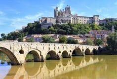 La catedral vieja del puente y del Saint Nazaire Foto de archivo libre de regalías