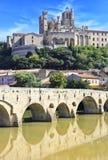 La catedral vieja del puente y del Saint Nazaire Fotos de archivo libres de regalías