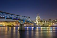 La catedral y el puente por noche, Londres, Reino Unido de San Pablo del milenio Imágenes de archivo libres de regalías