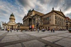 La catedral y la sala de conciertos alemanas en el cuadrado de Gendarmenmarkt en sean foto de archivo