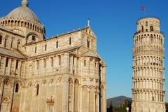 La catedral y la torre inclinada en Pisa imagenes de archivo