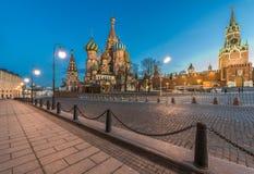 La catedral y Spasskaya de la albahaca del St se elevan en el crepúsculo Imagenes de archivo