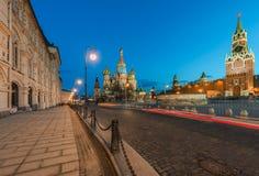 La catedral y Spasskaya de la albahaca del St se elevan en el crepúsculo Fotos de archivo
