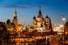 La catedral y Spasskaya del ` s de la albahaca del St se elevan por la tarde Foto de archivo libre de regalías