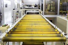 La catena di convogliatore e nastro trasportatore sulla linea di produzione nella stanza pulita Fotografie Stock Libere da Diritti