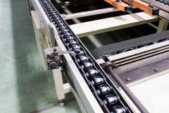 La catena di convogliatore ed il nastro trasportatore è sulla linea di produzione Fotografia Stock Libera da Diritti
