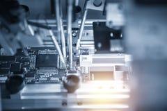 La catena di montaggio del bordo elettronico con il microchip Immagine Stock Libera da Diritti