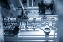 La catena di montaggio del bordo elettronico con il microchip nel ligh Fotografia Stock