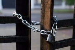 La catena e fissa il recinto del ferro Vista del primo piano Metà di parte tagliente o Fotografie Stock