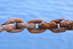 La catena ha danneggiato da molti arrugginisce, Rusty Naval Chain anziano Fotografia Stock