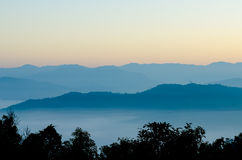 La catena montuosa di mattina prima dell'alba a Mae Moei Immagini Stock