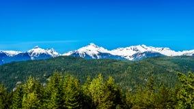 La catena montuosa di Tantalus da un punto di vista lungo il mare alla strada principale del cielo fra Squamish e Whistler Fotografie Stock Libere da Diritti
