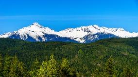 La catena montuosa di Tantalus da un punto di vista lungo il mare alla strada principale del cielo fra Squamish e Whistler Fotografia Stock Libera da Diritti