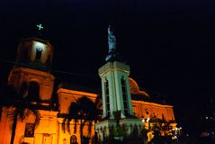 La cathédrale catholique et le monument à la nuit à Cebu philippines photos libres de droits