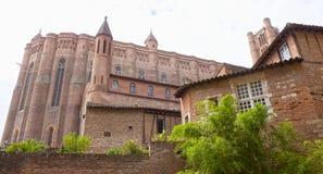 La cathédrale d'Albi entourée des murs et des arbres Images stock